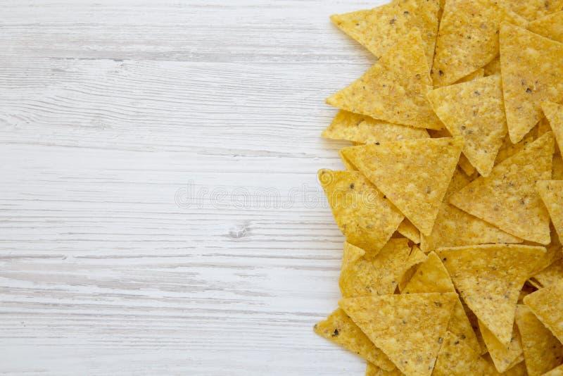 Tortilla układy scaleni na białym drewnianym stole, odgórny widok Meksykański jedzenie zdjęcia royalty free