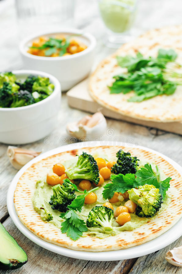 Tortilla Vegan με το ψημένα μπρόκολο και chickpeas και το αβοκάντο s στοκ εικόνες