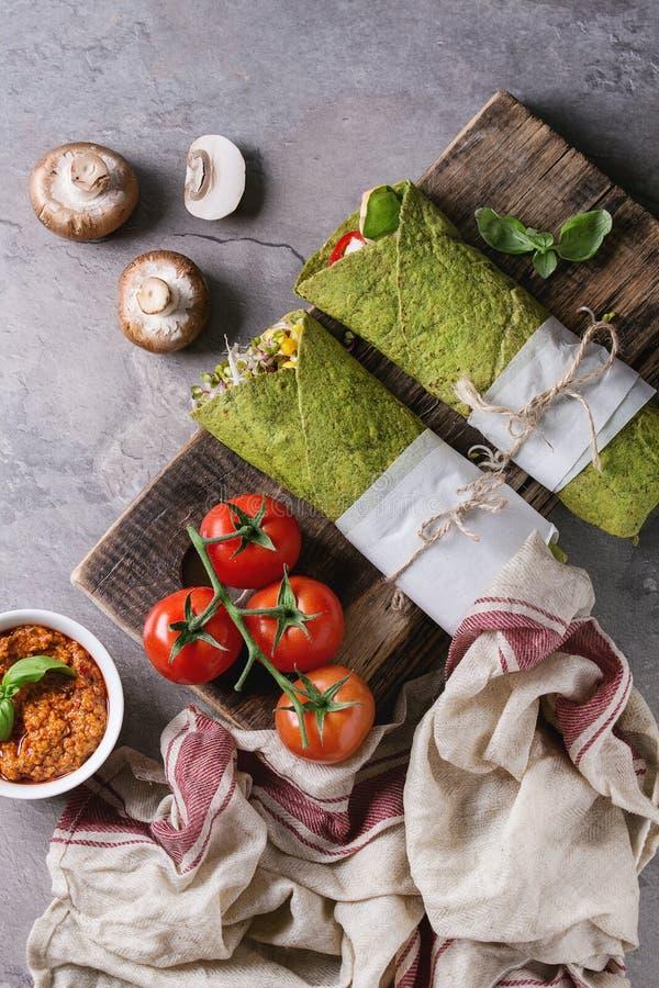 Tortilla verte d'épinards photos stock