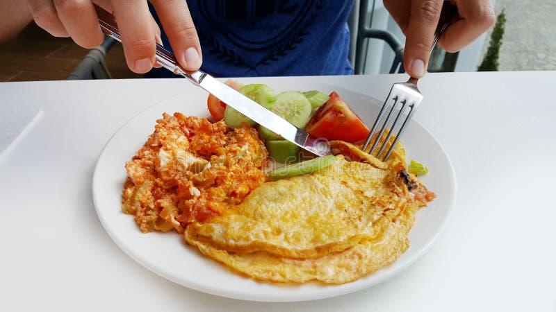 Tortilla y ensalada para el desayuno fotos de archivo libres de regalías