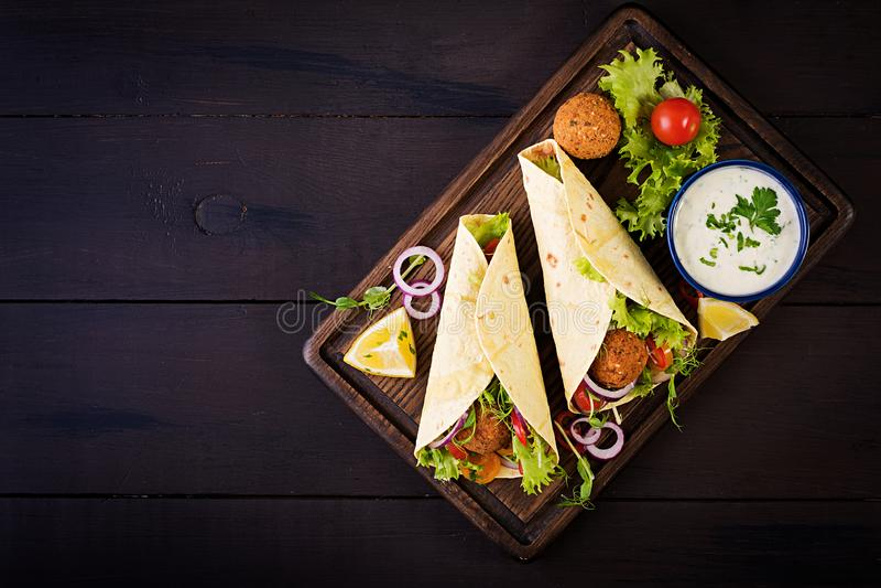 Tortillaomslag met falafel en verse salade Veganisttaco's royalty-vrije stock foto's