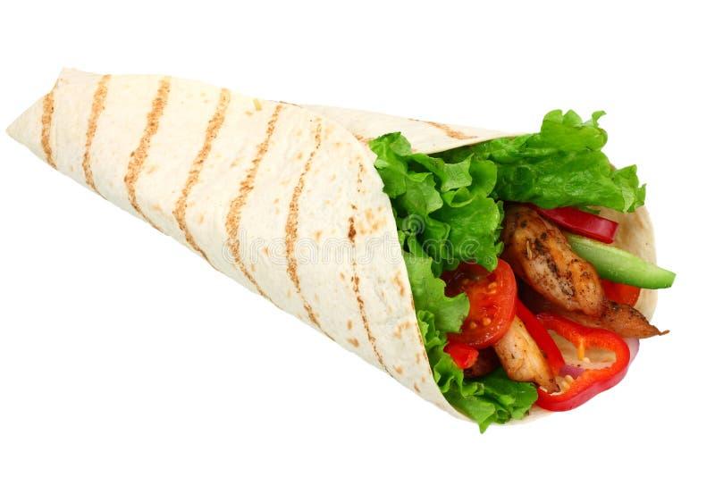 Tortillaomslag met gebraden die kippenvlees en groenten op witte achtergrond worden geïsoleerd Snel voedsel royalty-vrije stock afbeelding