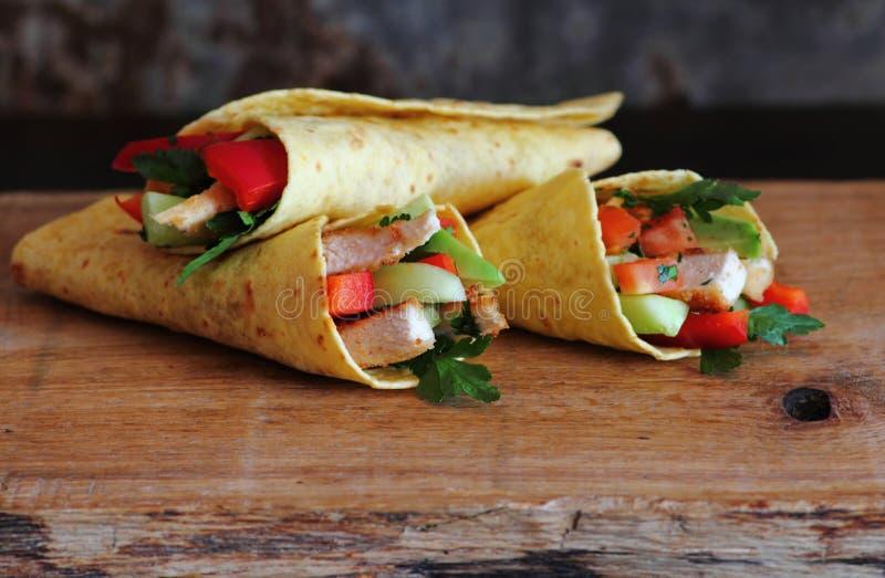 Tortillaomslagen met geroosterd kippenvlees royalty-vrije stock afbeelding
