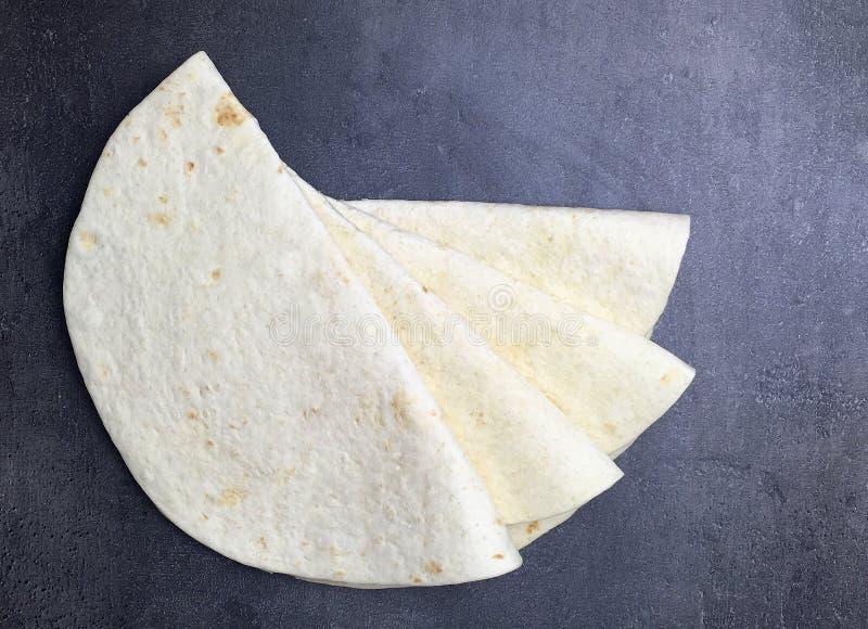Tortillaomslagen op zwarte achtergrond Hoogste mening stock fotografie
