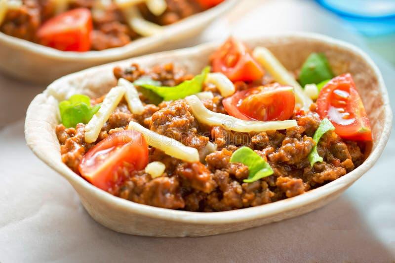 Tortillas ουσίας στάσεων ν με κομματιασμένος, ντομάτες, μαρούλι και τυρί Cheddar στοκ εικόνες με δικαίωμα ελεύθερης χρήσης
