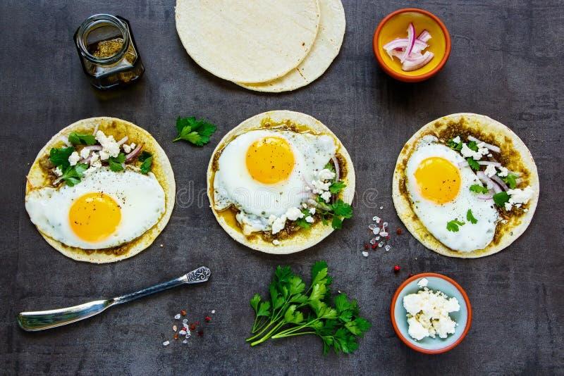 Tortillas avec des oeufs au plat images stock