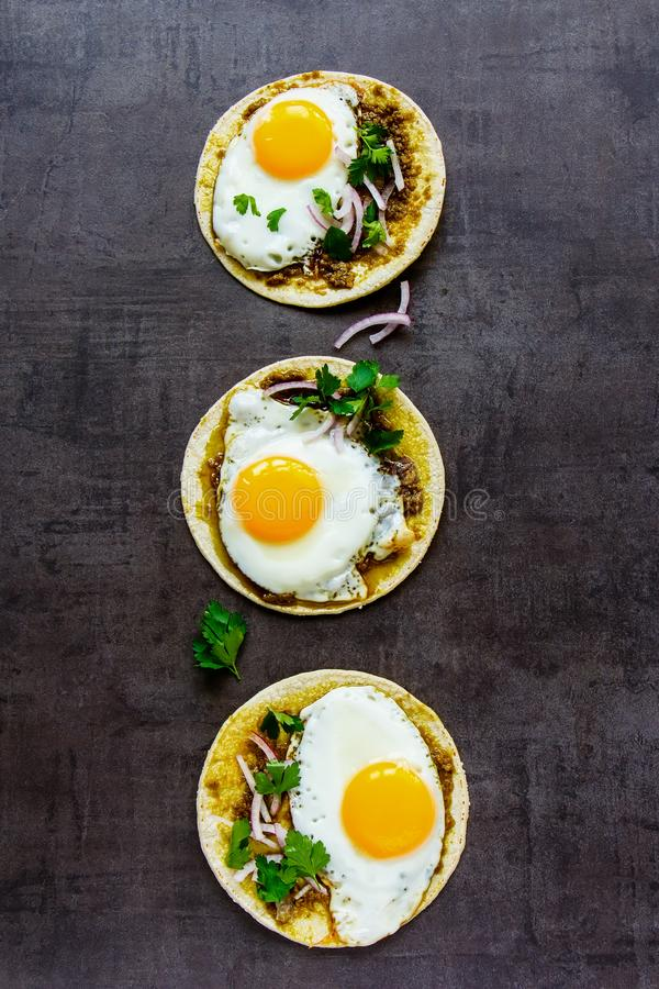 Tortillas avec des oeufs au plat image stock