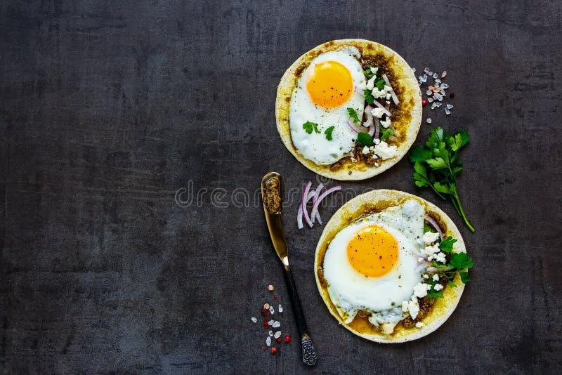 Tortillas avec des oeufs au plat photographie stock libre de droits
