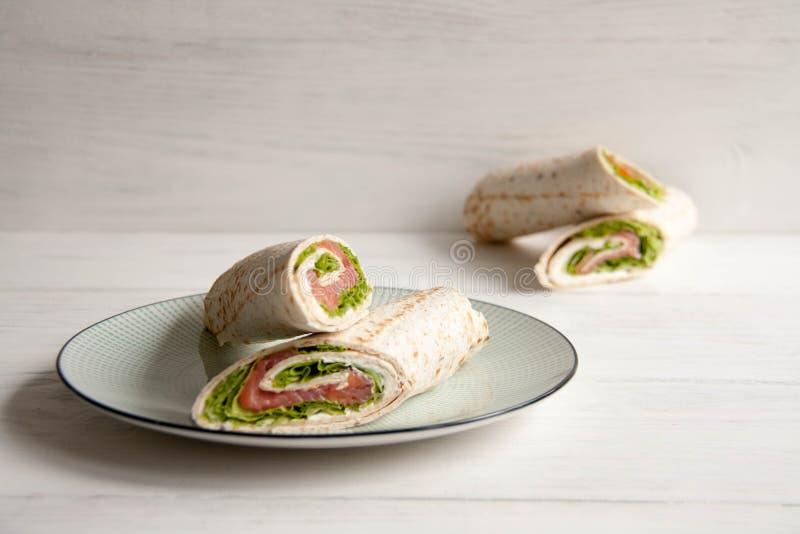 Tortillas con los salmones, la ensalada verde y el queso de la nata fotos de archivo libres de regalías