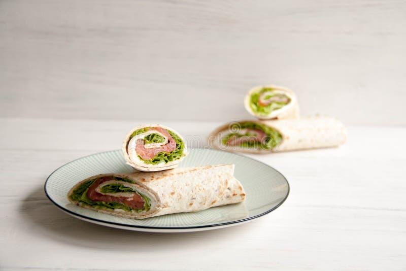 Tortillas con los salmones, la ensalada verde y el queso de la nata imagen de archivo libre de regalías