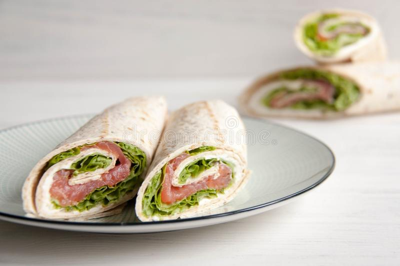 Tortillas con los salmones, la ensalada verde y el queso de la nata fotografía de archivo libre de regalías