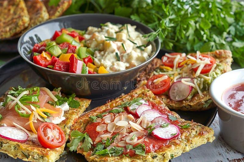 tortillas dCheese y del calabacín, salmón ahumado, raishes, tomates de cereza, crema del aguacate, queso cremoso, crema del tomat foto de archivo libre de regalías