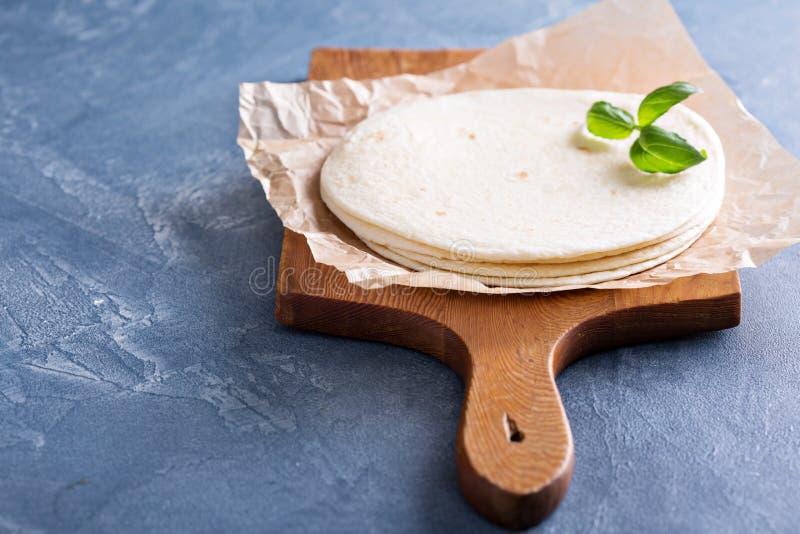 Tortillas de farine de blé sur un parchemin photographie stock libre de droits