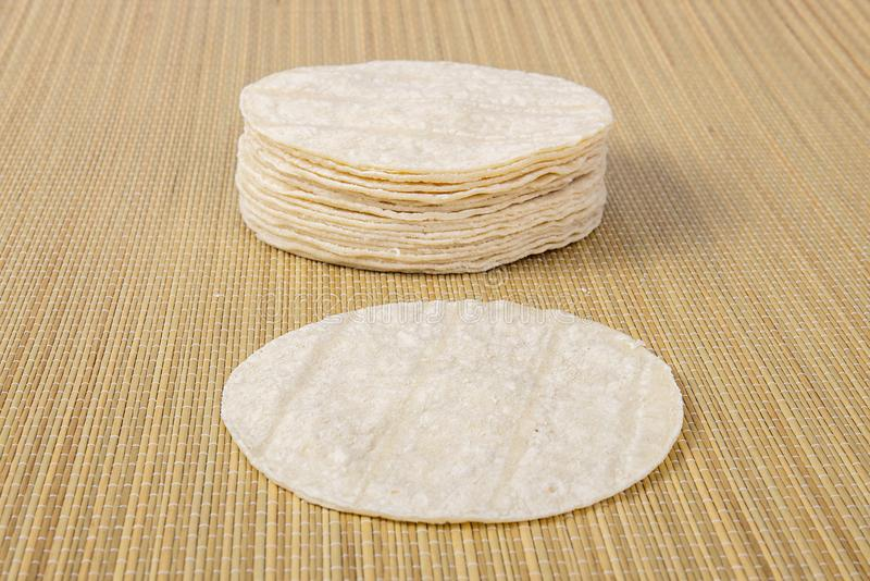 Tortillas de la harina en un fondo de bambú de la puntada imagen de archivo