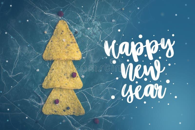 Tortillas de maïs avec du fromage Le concept de la nouvelle année des nachos mexicains Arbres de Noël des puces de nacho sur un b image stock