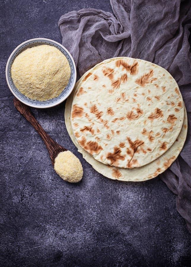 Tortillas et farine de maïs mexicaines images stock