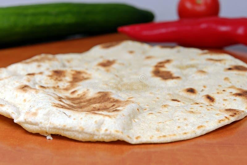 Tortillas faites maison de farine de blé entier sur une table en bois photographie stock libre de droits