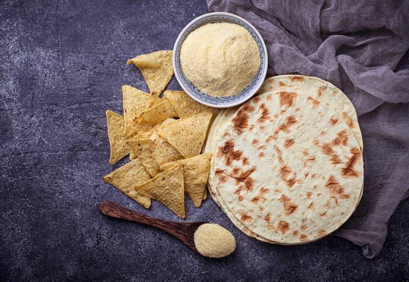 Tortillas, frites de nacho et farine de maïs mexicaines photos libres de droits