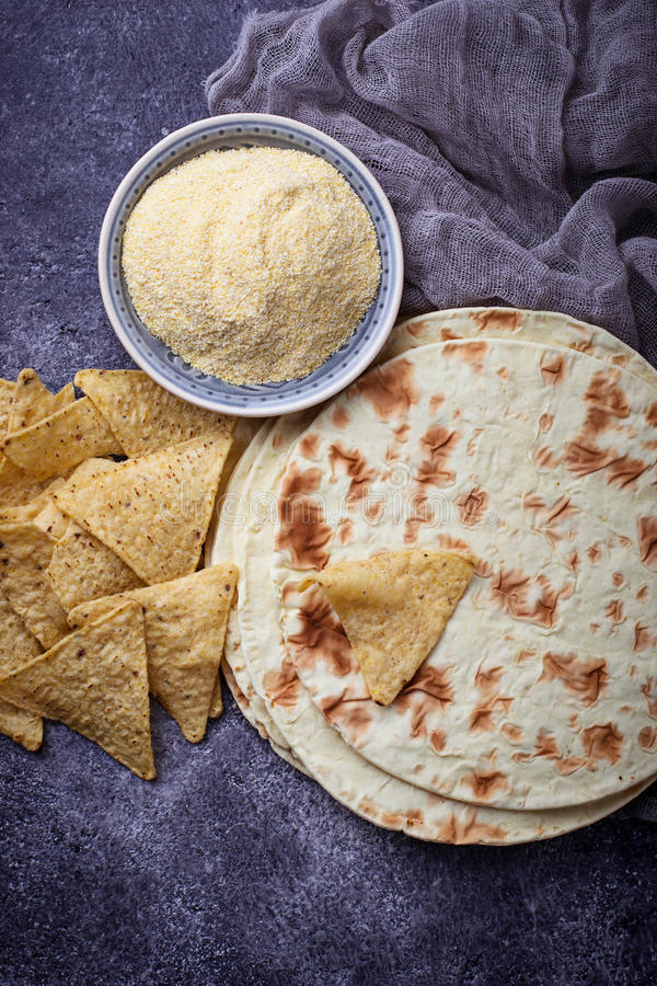 Tortillas, frites de nacho et farine de maïs mexicaines image stock