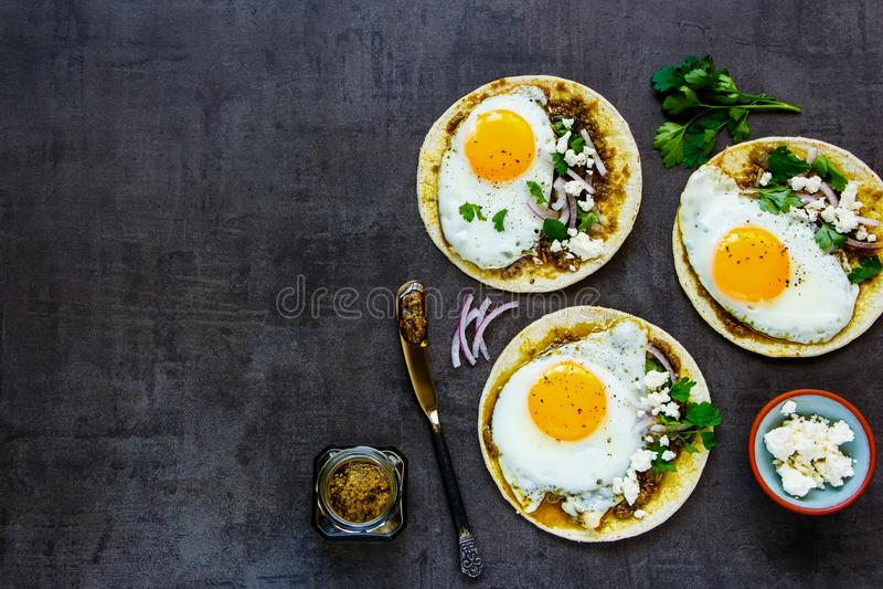 Tortillas mit Spiegeleiern lizenzfreie stockfotos