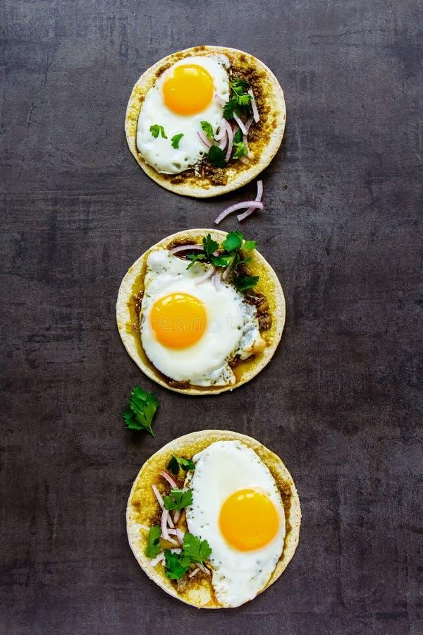 Tortillas mit Spiegeleiern stockbild