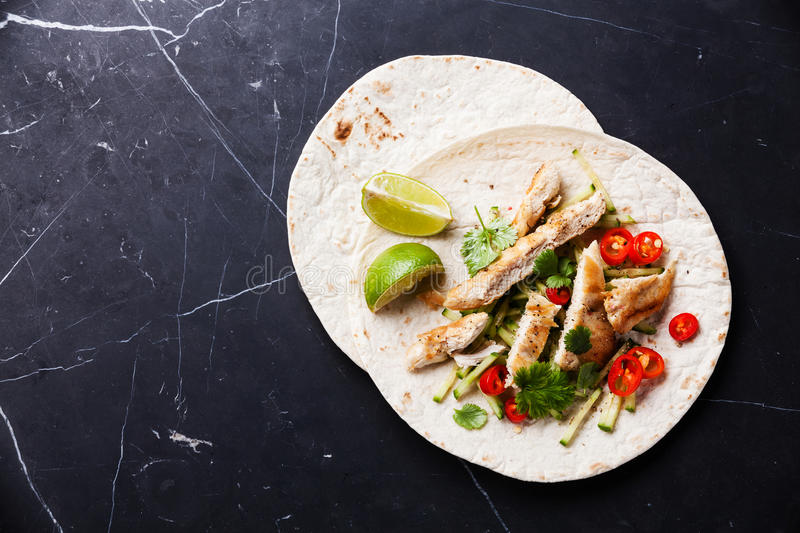 Tortillas remplies de poulet photos stock