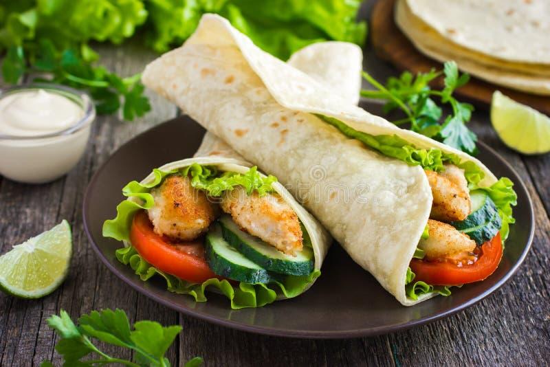 Tortillasjal med höna och grönsaker royaltyfria bilder