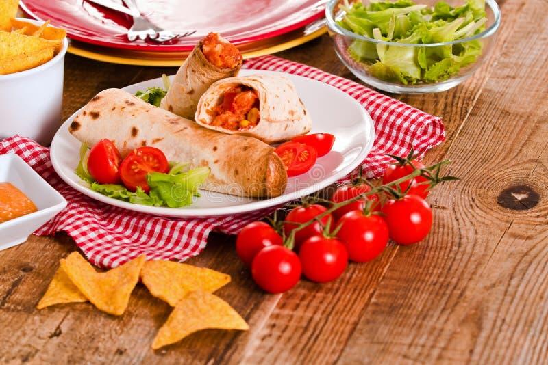 Tortillasjalar med höna och grönsaken royaltyfria bilder
