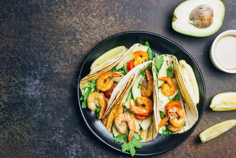 Tortillataco's met arugula, citroen, avocado en geroosterde garnalenpanden royalty-vrije stock fotografie