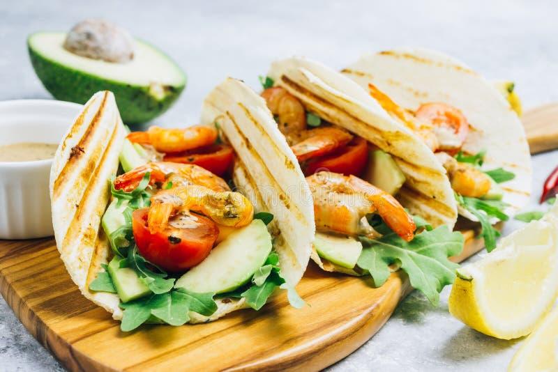 Tortillataco's met arugula, citroen, avocado en geroosterde garnalenpanden royalty-vrije stock afbeeldingen