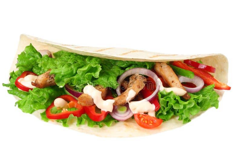 Tortillaverpackung mit dem gebratenes Hühnerfleisch und -gemüse lokalisiert auf weißem Hintergrund Geschossen in einem Studio lizenzfreie stockbilder