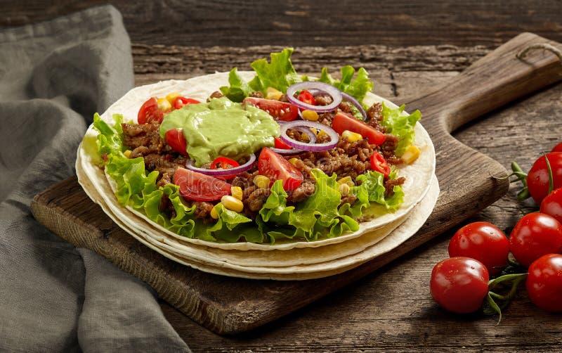 Tortillaverpackung mit gebratenem Hackfleisch und Gemüse stockfoto