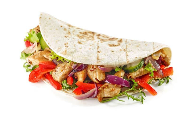Tortillaverpackung mit gebratenes Hühnerfleisch und -gemüse stockfotos