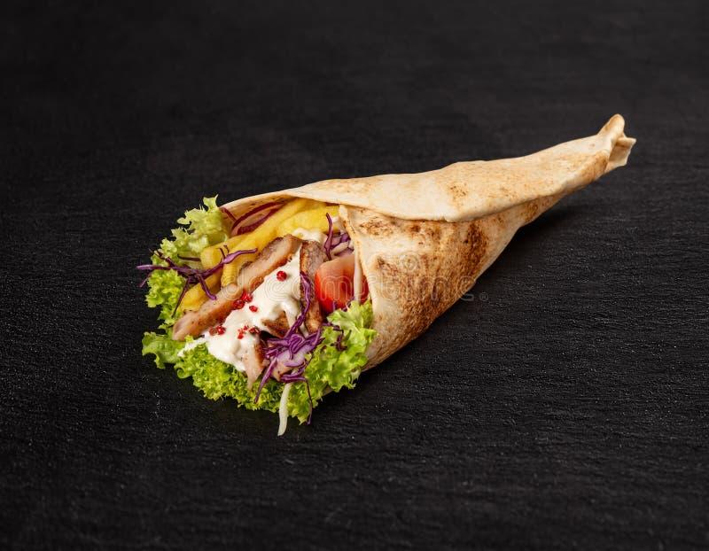 Tortillaverpackung mit gebratenes Hühnerfleisch lizenzfreie stockbilder