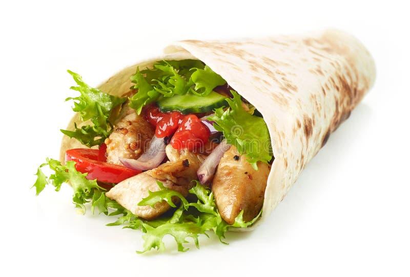 Tortillaverpackung mit gebratenes Hühnerfleisch und -gemüse lizenzfreie stockfotos