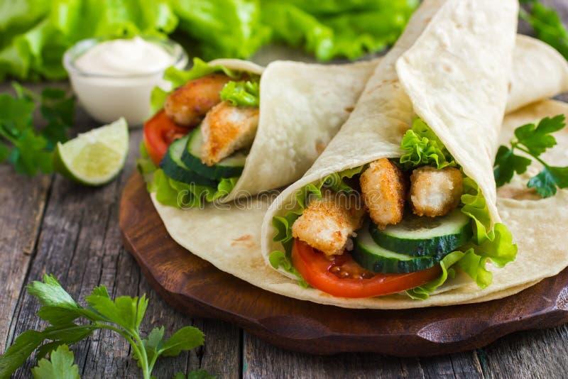 Tortillaverpackung mit Huhn und Gemüse lizenzfreie stockbilder