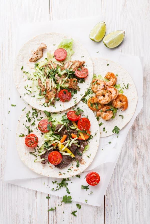 Tortillor med nötkött, höna och räkor fotografering för bildbyråer