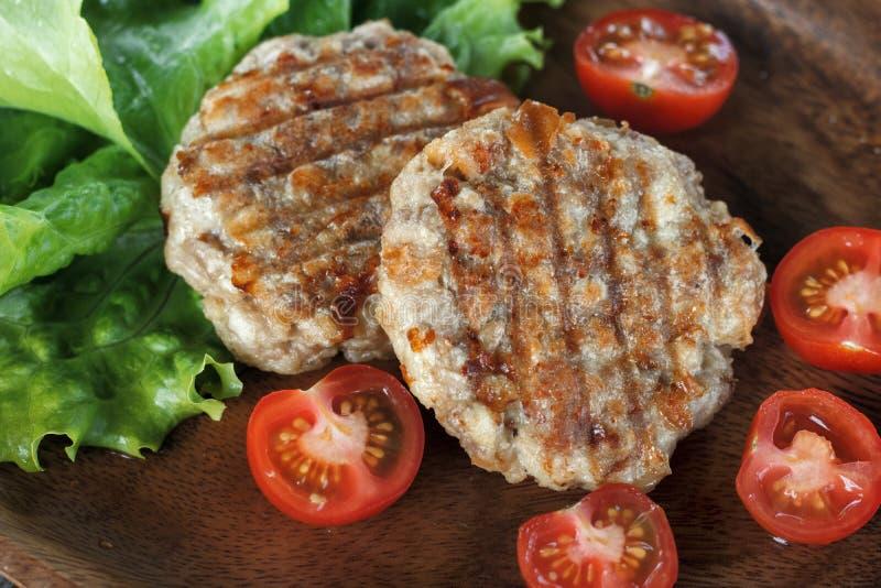 Tortini arrostiti succosi della carne con le verdure su un piatto fotografie stock