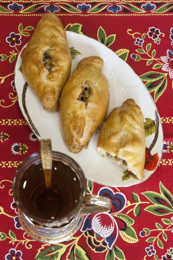 Tortini casalinghi con il materiale da otturazione del pesce: Torte - pasticceria russa tradizionale fotografie stock libere da diritti