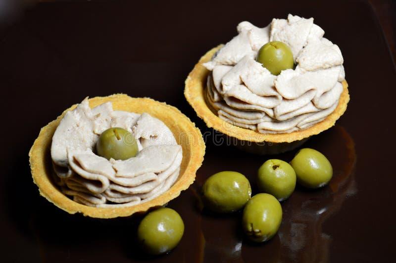 Tortini con il riempimento e le olive del pesce fotografia stock