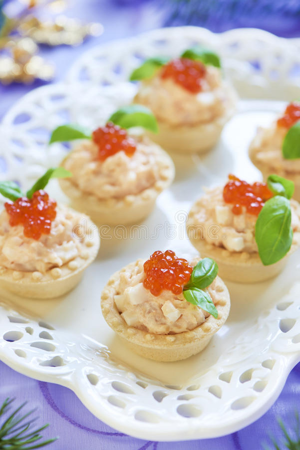 Tortini con l'insalata dei frutti di mare, il caviale rosso ed il basilico fotografia stock libera da diritti