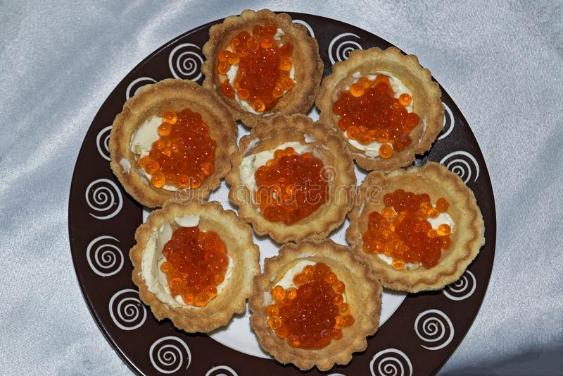 Tortini con la fine rossa del caviale su delicatessen Alimento gastronomico Struttura del caviale fotografia stock