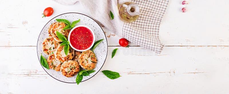Tortini deliziosi della carne di pollo e del riso con la salsa al pomodoro dell'aglio fotografia stock libera da diritti
