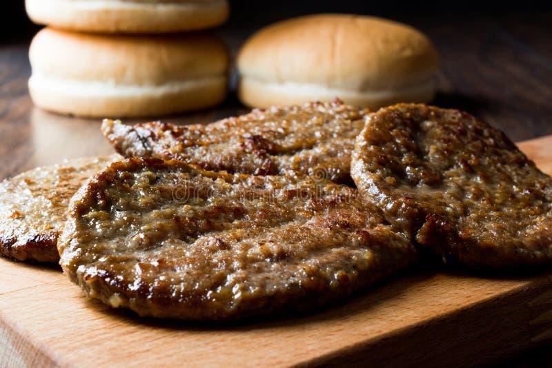 Tortini dell'hamburger con pancarrè Alimenti a rapida preparazione fotografie stock