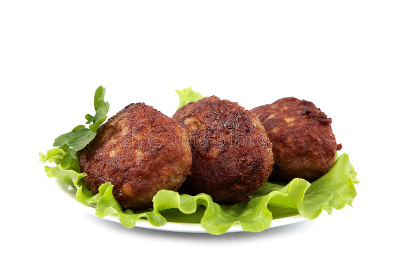 Tortini della carne con lattuga fresca su un fondo bianco fotografia stock
