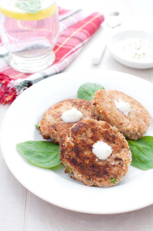 Tortini di color salmone del fishcake con salsa bianca fotografie stock