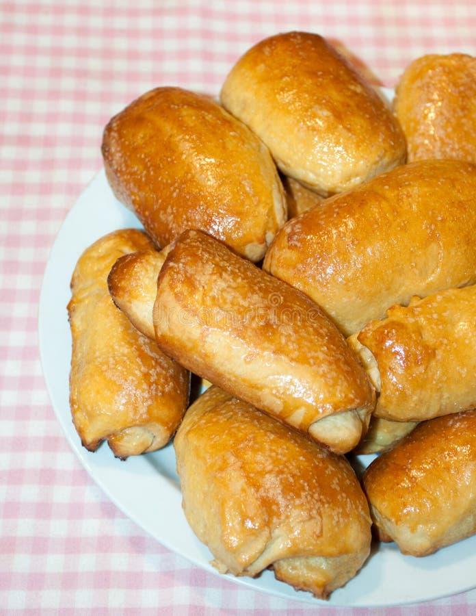 Tortini lanuginosi casalinghi Tortini al forno con il riempimento Stile rustico fotografia stock