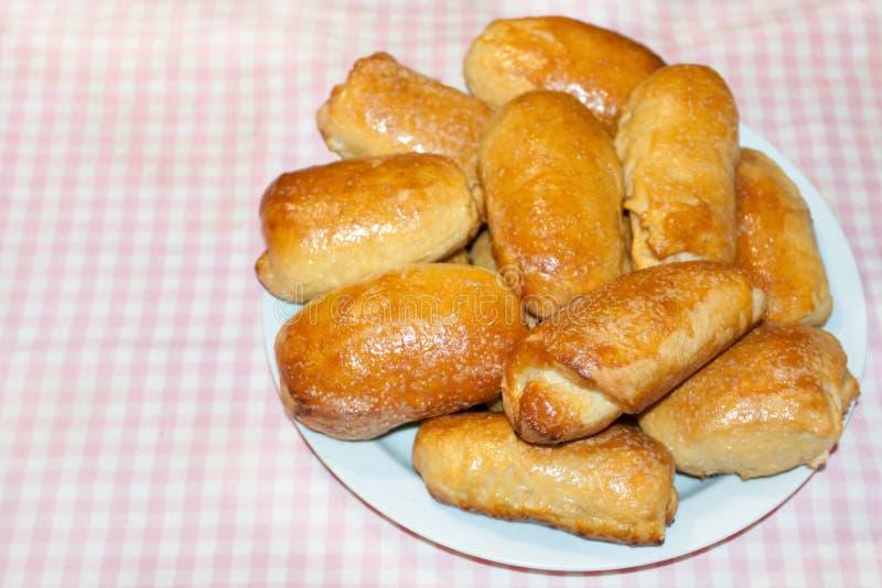 Tortini lanuginosi casalinghi Tortini al forno con il riempimento Stile rustico fotografia stock libera da diritti
