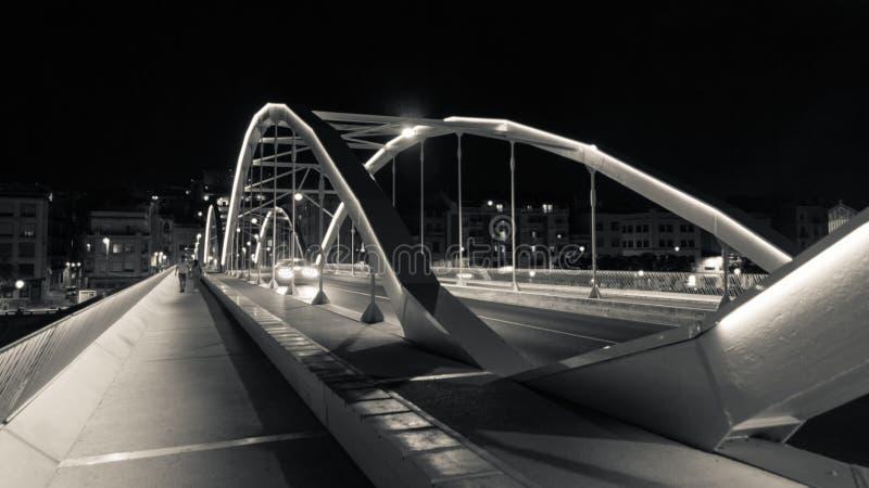 Tortosa, Catalonië, Spanje - de Geherstructureerde brug stak omhoog bij nacht aan stock foto