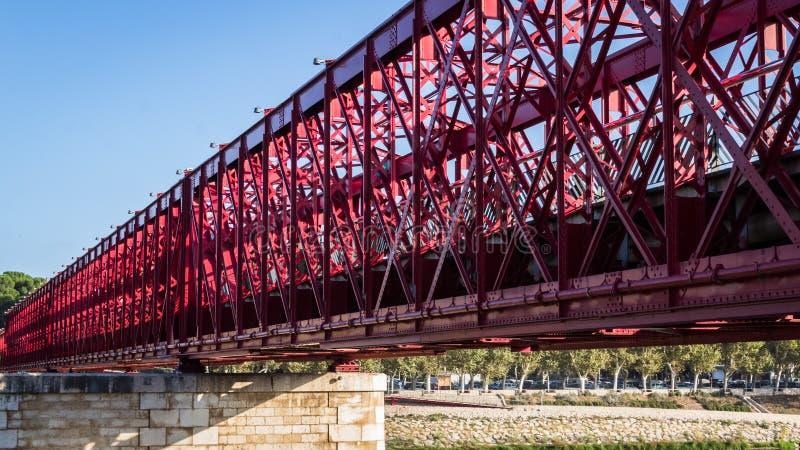 Tortosa, Catalonië, Spanje - Rode oude voetbrug stock foto